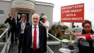 Jeremy Corbyn, le leader du parti travailliste à Brighton, passe à côté d'un électeur provocateur... Le 22 septembre 2019.