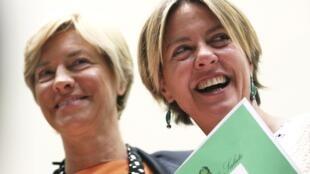 Les deux ministres concernées par ce nouveau dispositif: Beatrice Lorenzin, ministre de Santé (D) et Roberta Pinotti, ministre de la Santé (G) annonçant l'accord sur la culture du cannabis, le 18 septembre à Rome.
