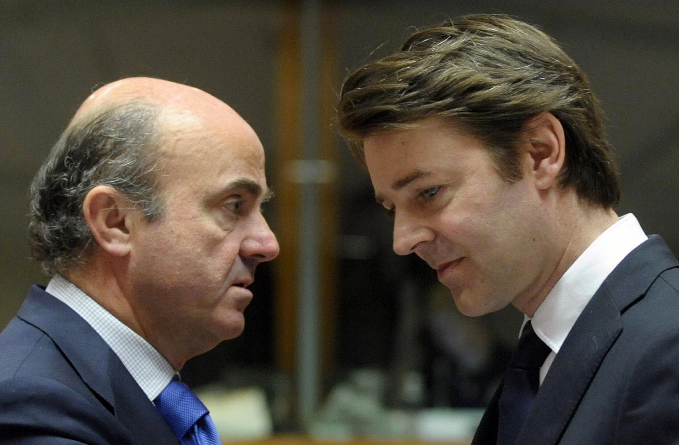 Министр финансов Испании Луис де Гиндос со своим французским коллегой Франсуа Баруэном на заседании Еврогруппы в Брюсселе 13/03/2012