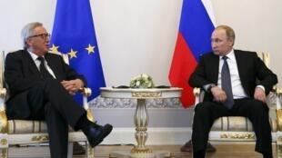 De g. à dr. : le président de la Commission européenne Jean-Claude Juncker et le président russe Vladimir Poutine, le 16 juin 2016 à Saint-Petersbourg.