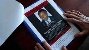 Une affiche recherchée représentant une photographie de Félicien Kabuga.