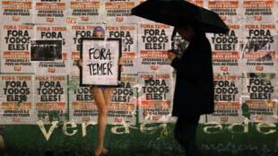 «Dehors Temer» peut-on lire sur une affiche placardée dans une rue de Sao Paulo le 21 mai 2017.