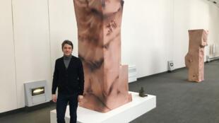 Frédéric Loury, fondateur d'Art Souterrain devant « Perfect skin », installation de Dominique Sirois.