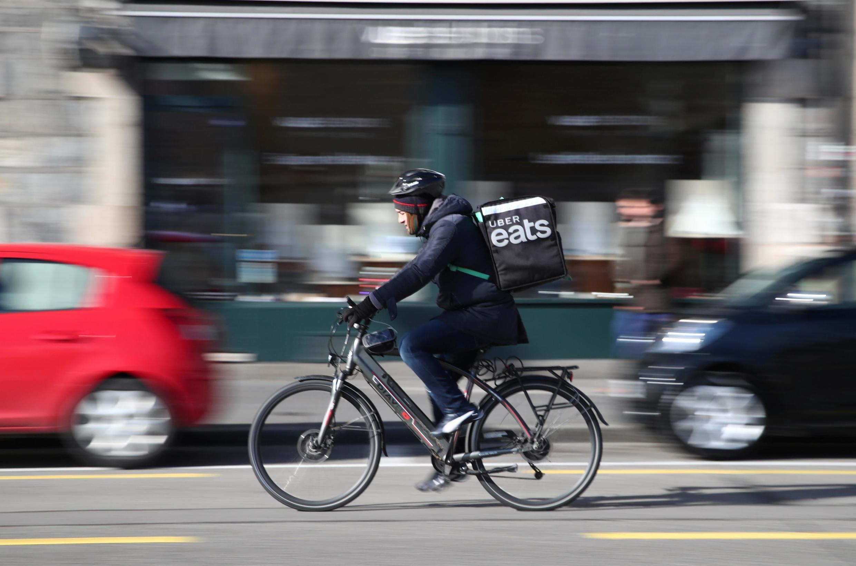 un livreur Uber Eats à vélo électrique à Genève, en Suisse, le 6 février 2020.