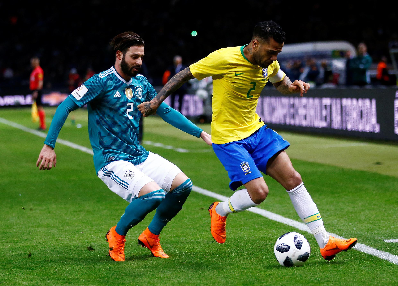 Trận đấu giao hữu Đức-Brazil ngày 27/03/2018 tại Berlin: Cầu thủ Đức Marvin Plattenhardt (áo xanh) đang tranh bóng với cầu thủ Brazil Dani Alves