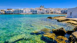 Água cristalina no vilarejo de Naoussa, na ilha de Paros, no arquipélago das Cíclades, na Grécia.
