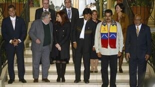 Từ trái sang phải: Các Tổng thống Ecuador, Uruguay, Achentina, Bolivia, Venezuela và Suriman chụp hình kỷ niệm tại Cochabamba ngày 04/07/2013.