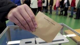 La mise en place du droit de vote à 16 ans aux municipales ajouterait 1,5 million de primovotants au corps électoral français composé actuellement de 47,7 millions de personnes.