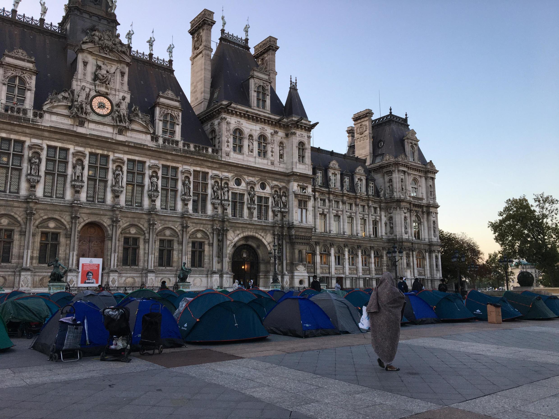 107 палаток были разбиты в ночь на вторник, 1 сентября перед мэрией Парижа на площади Отель-де-Виль. В них разместились 219 человек.