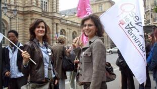 Des membres de l'association «Osez le féminisme», lors du rassemblement du 11 juillet 2012 devant le Sénat.