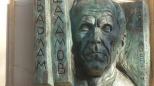 Мемориальная доска, открытая на доме Шаламова в Москве 30 октября 2013
