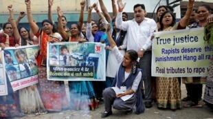 Indianos celebram a morte dos suspeitos do estupro coletivo abatidos pela polícia indiana nesta sexta-feira (6).