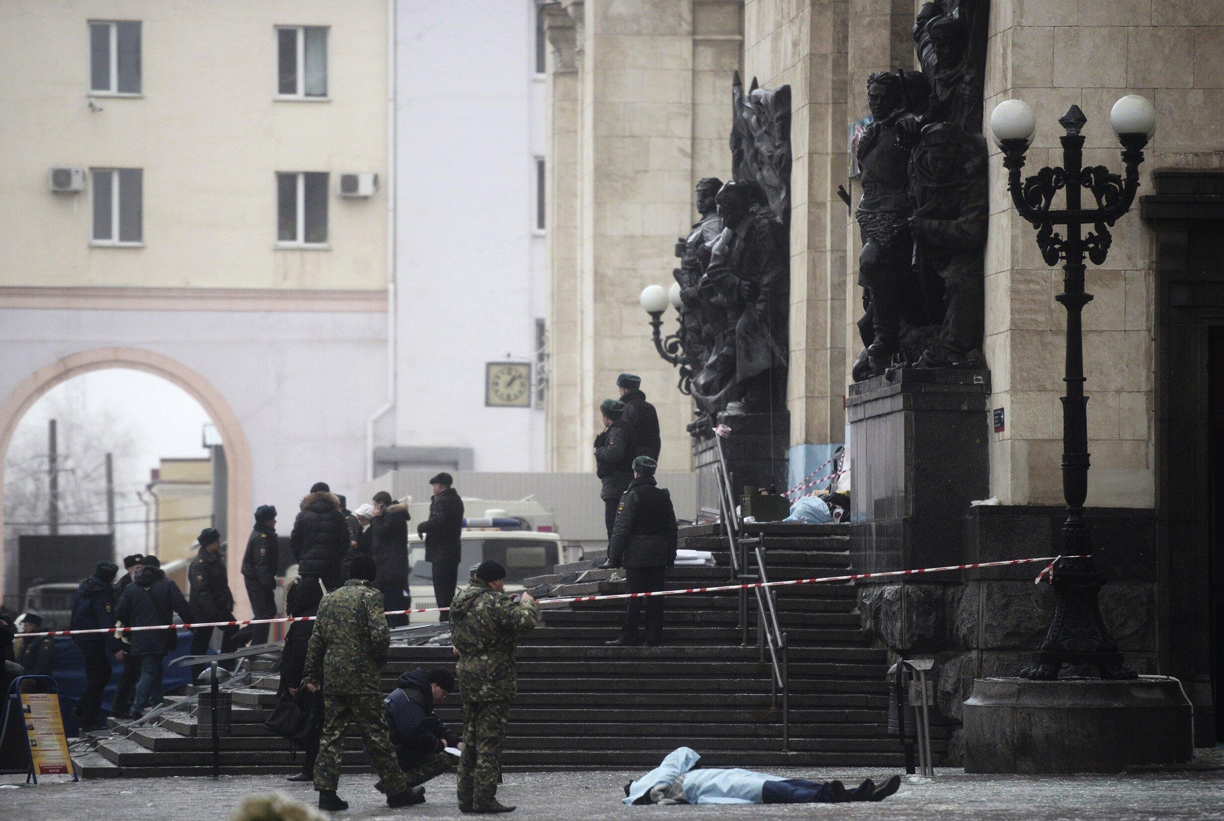 Следственная бригада у главного входа железнодорожного вокзала Волгограда 29/12/2013