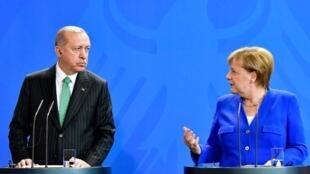 رجب طیب اردوغان رئیس جمهوری ترکیه و آنگلا مرکل، نخست وزیر آلمان، روز جمعه ۲۸ سپتامبر در برلین با یکدیگر دیدار و گفتوگو کردند.