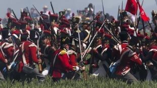 Des volontaires font revivre avec passion la bataille de Waterloo à l'occasion de son 200ème anniversaire.