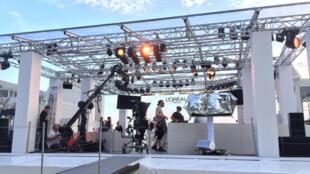 Préparation du plateau du Worth It Show de L'Oréal Paris au Festival de Cannes.