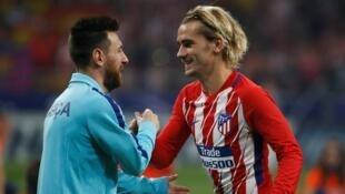 Kaftin din Barcelona Lionel Messi, yayin gaisawa dan wasan Atletico Madrid Antoine Griezmann.