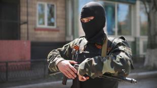 Um separatista  pró-russo em Slaviansk .