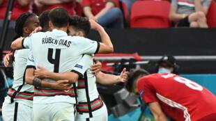 Los jugadores de Portugal celebran uno de sus goles a Hungría en la victoria 3-0 por el grupo F de la Eurocopa, el 15 de junio de 2021 en el Puskas Arena de Budapest