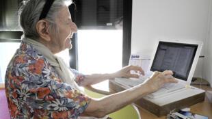 El correo de francés lanzó un servicio remunerado en el que los carteros visitan a personas adultas mayores.