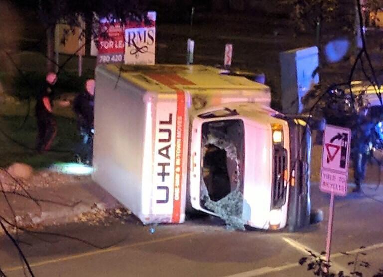 Van usada no atentado capotou quando fugia dos carros da polícia.