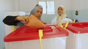 利比亞班加西市一名婦女在投票