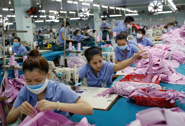 Công nhân tai cơ sở dệt may Thành Công ở Thành phố Hồ Chí Minh (Việt Nam) ngày 09/07/2019. Việt Nam là một trong những nước có nhiều khả năng được các tập đoàn quốc tế chọn làm nơi đến khi cần di dời sản xuất từ Trung Quốc.