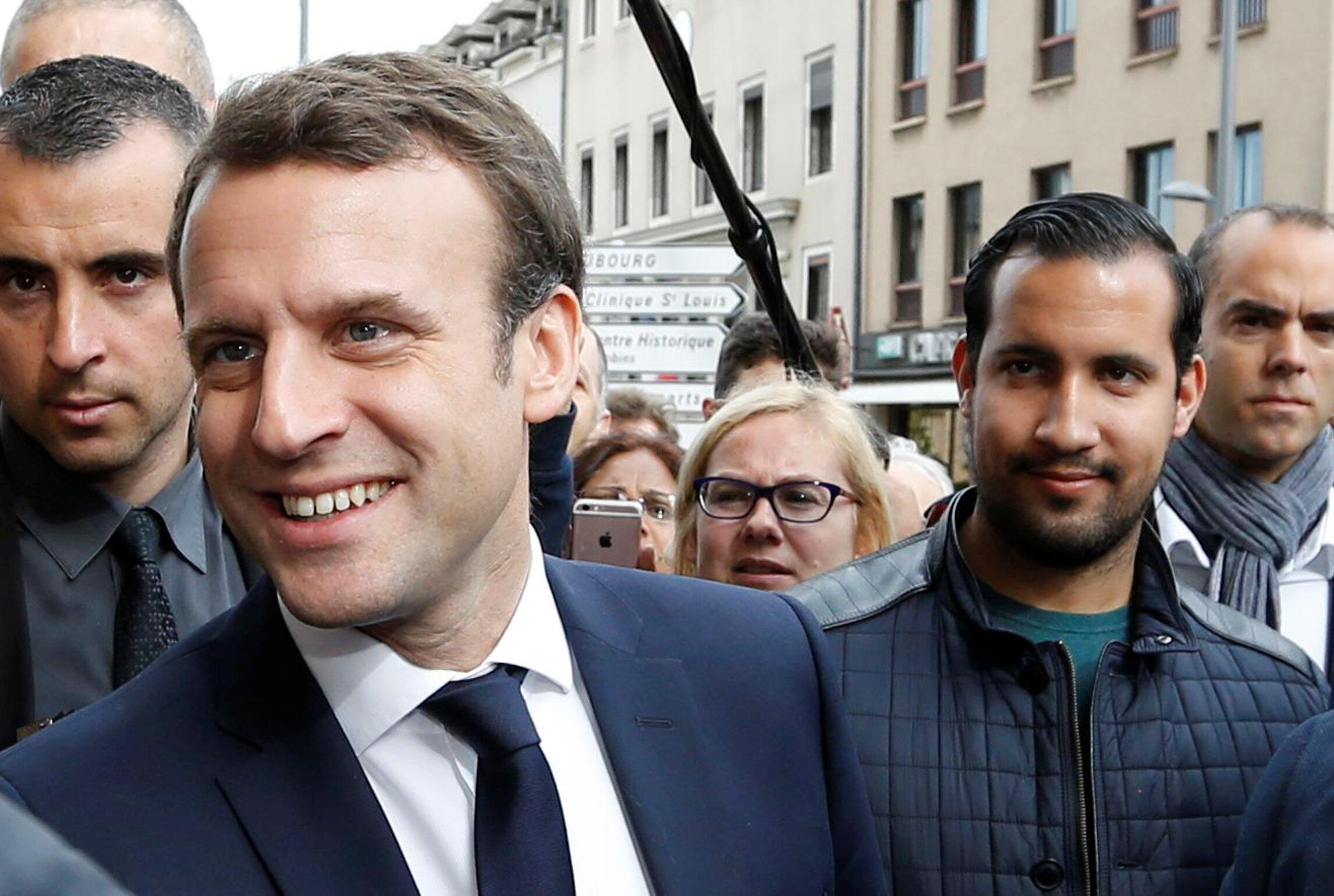 Alexandre Benalla (P) luôn theo sát ông Emmanuel Macron như hình với bóng, ngay từ lúc mới ra tranh cử. Ảnh chụp ngày 05/05/2017.
