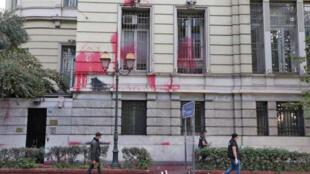 """سفارت ایران در آتن پایتخت یونان، در روز دوشنبه ۱۷ سپتامبر/ ۲۶ شهریور توسط گروه یونانی """"روبیکان"""" مورد حمله قرارگرفت."""