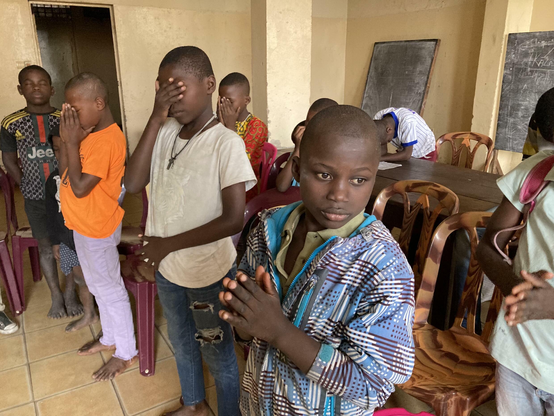 Au Centre Homme Christian Muanga, les enfants prient pour remercier des voisins qui leur ont apporté des vivres.