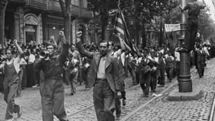 Manifestations des républicains catalans contre Franco dans les rues de Barcelone en 1936.