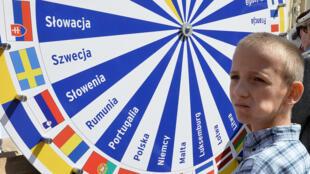 Un jeune garçon joue avec une roue où sont inscrits les noms des pays membres de l'Union européenne, lors des commémorations du dixième anniversaire de l'entrée de la Pologne dans l'UE, à Varsovie, le 1er mai 2014.