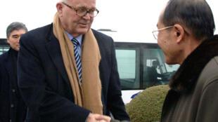 L'émissaire américain Stephen Bosworth (G), salue un officiel nord coréen à Pyongyang, le 8 décembre 2009.