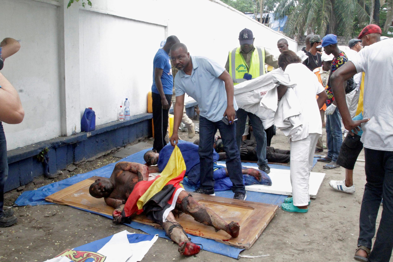Des secouristes sont évacués les personnes blessées, pour la plupart grièvement brûlées, du siège de l'UDPS vandalisé le mardi 20 septembre 2016.