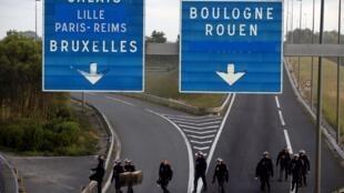 Автодорога неподалеку от Кале (Calais), 2 августа 2015 года