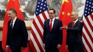 Phó thủ tướng Trung Quốc Lưu Hạc (P) và bộ trưởng Tài Chính Mỹ Steven Mnuchin (G), đại diện thương mại Mỹ Robert Lighthizer (T) tại Bắc Kinh, 01/05/2019.