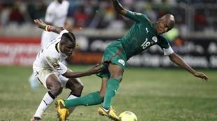 Charles Kaboré (Burkina Faso), à la lutte avec Mubarak Wakaso (Ghana), le 6 février 2013 à Nelspruit.