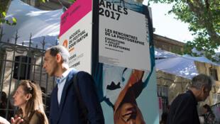 Les gens attendent à l'ouverture officielle du 48è festival «Rencontres de la photographie d'Arles 2017». Arles, sud de la France, le 3 juillet 2017.