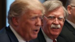 L'ancien conseiller à la Sécurité nationale de Donald Trump, John Bolton, avec le président américain à la Maison Blanche, le 9 avril 2018.