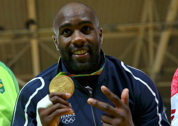 Teddy Riner, double médaille olympique du judo des + de 100 kg, pose avec sa médaille d'or obtenue aux JO 2016, à Rio de Janeiro. Brésil,12/08/2016.