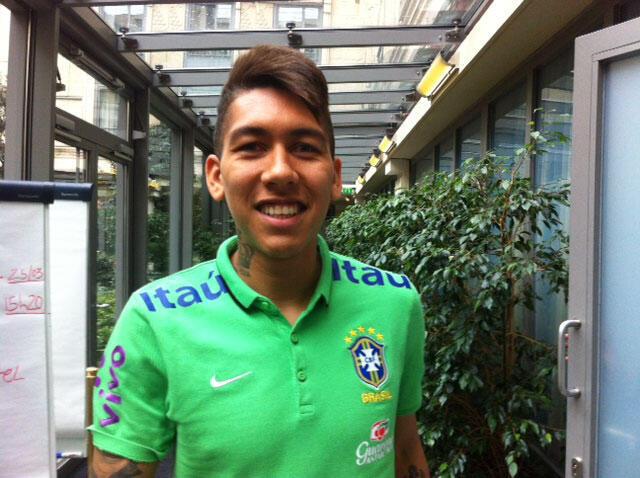 O atacante Firmino, no hotel da seleção brasileira, em Paris. (25.03.15)