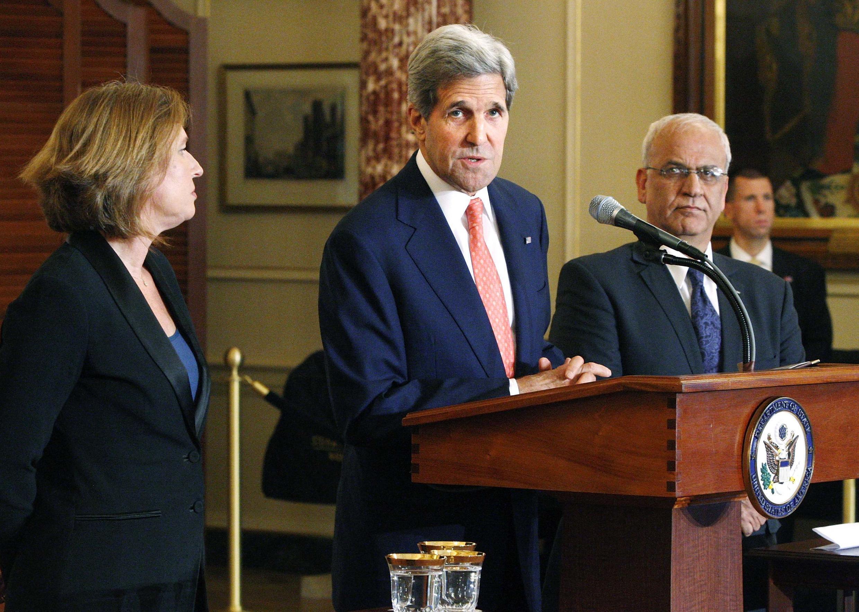 O chefe da diplomacia norte-americana  John Kerry (c) tenta retomar o diálogo entre os negociadores de Israel, Tzipi Livni (e) e da Palestina, Saeb Erakat (d).