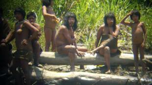 El explorador español Diego Cortijo fotografió a miembros de la tribu mashco-piro, uno de los cien pueblos indígenas aislados que aún existen en el planeta.