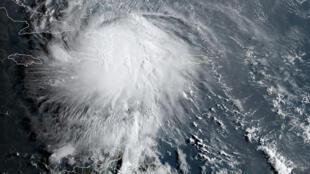 Imagen satelital del RAMMB / NOAA obtenida el 23 de agosto de 2020 muestra a la tormenta tropical Laura moviéndose sobre Haití y la República Dominicana en el Caribe a las 11:40 GMT del 23 de agosto de 2020.