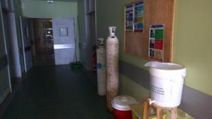 """Madagascar, lervice Covid du CHU """"Manarapenitra"""" d'Andohatapenaka (janvier 2021). Le personnel soignant pointe du doigt les pénuries récurrentes d'oxygène pourtant vital pour tous les patients Covid en détresse respiratoire."""