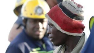 Un mineur secouru à Benoni, le 16 février 2014.