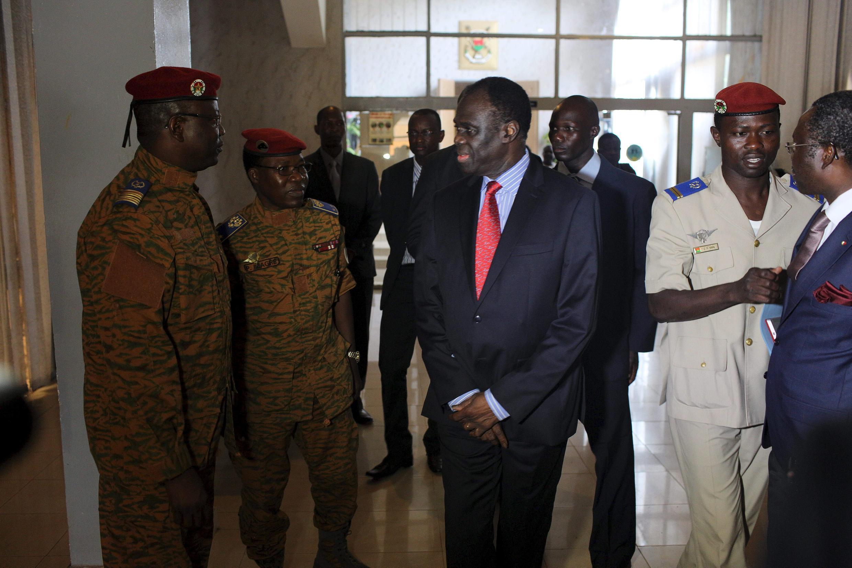 Michel Kafando, président burkinabè, avec le chef d'état-major, le général Zagré (2d à gauche), le 23 septembre à Ouagadougou.