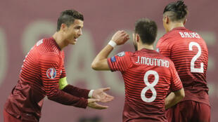 Cristiano Ronaldo (g.) avec ses coéquipiers, lors du match Portugal/Danemark, le 8 octobre 2015.