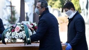 Autoridades francesas querem evitar a concentração de pessoas nos funerais. Na Itália, a polícia teve que intervir e multou 48 pessoas durante um velório.