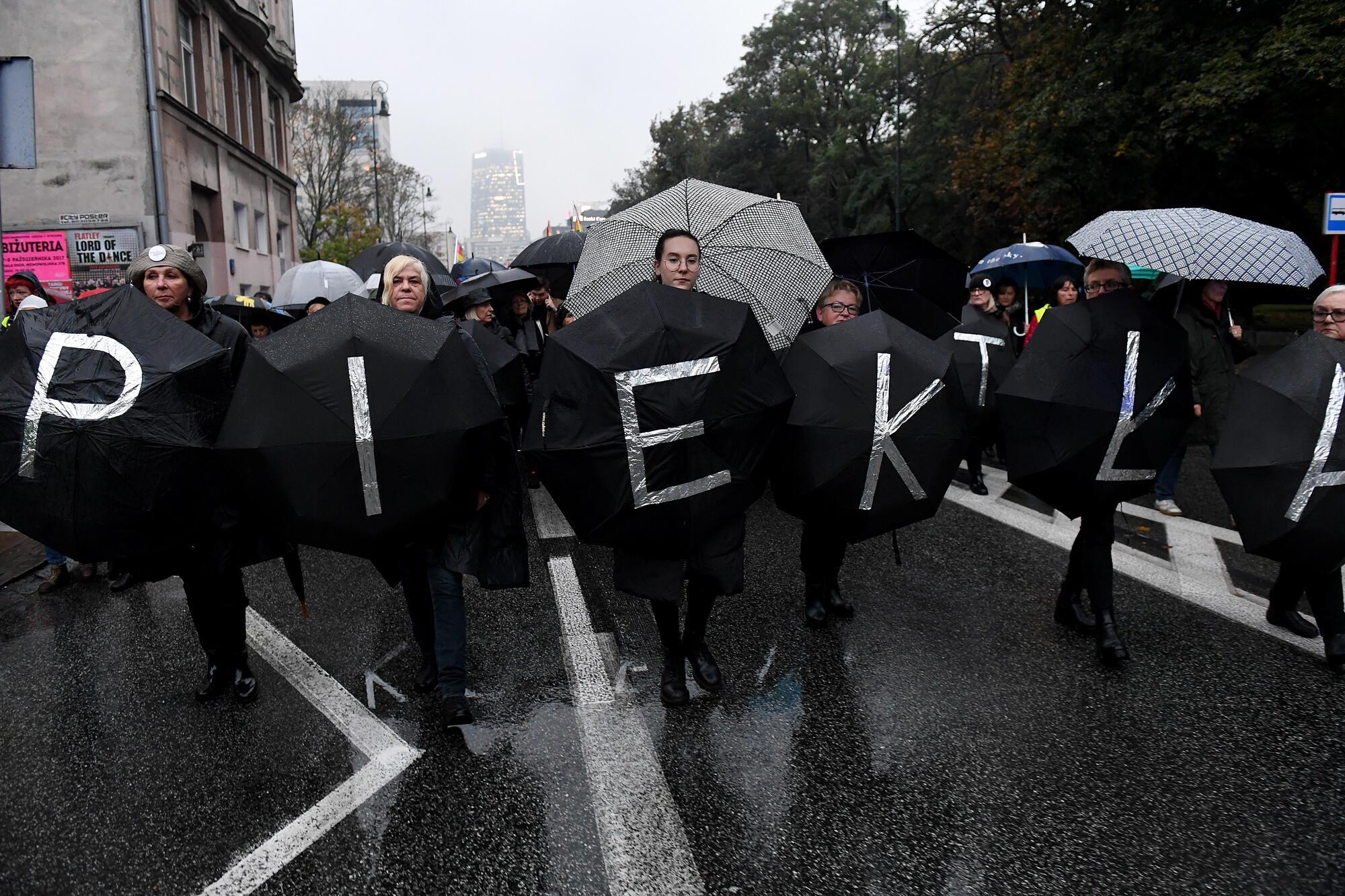 En Pologne, les manifestantes s'habillent en noir lors des manifestations pour leurs droits. Elles arborent de plus en plus leurs opinions sur leurs vêtements et de jeunes créaeturs s'engagent aussi.